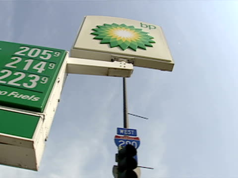 gas station and pumps on july 15, 2003 in chicago, illinois. - ガス料金点の映像素材/bロール