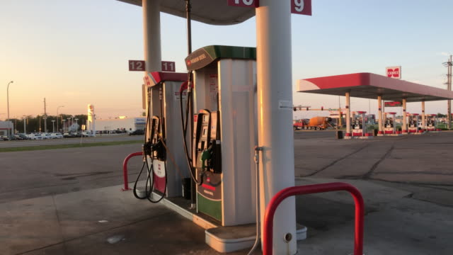gas station at minot, north dakota - stazione di rifornimento video stock e b–roll