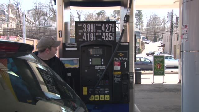 stockvideo's en b-roll-footage met gas station in new york city / gas prices / man fills ups his suv with gasoline in westchester county ny / cu on gas prices up to $435 per gallon the... - benzineprijzen