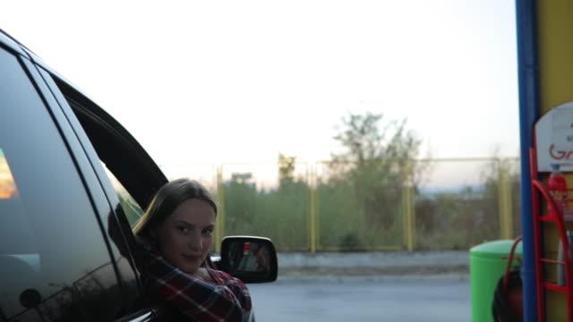 vídeos de stock e filmes b-roll de gas station routine - gas station