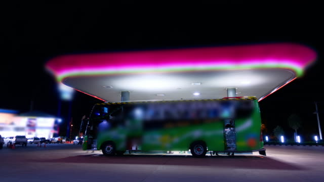 stockvideo's en b-roll-footage met benzinestation - dubbeldekker bus