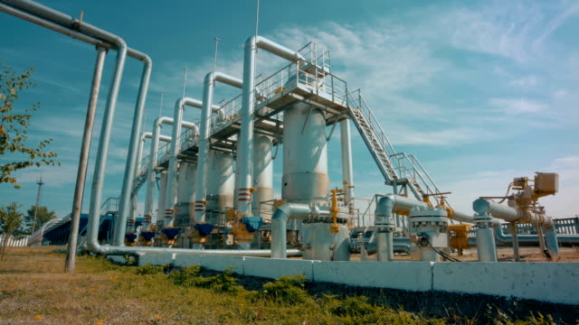 stockvideo's en b-roll-footage met benzinestation met pipeline- en opslag tanks - olie industrie