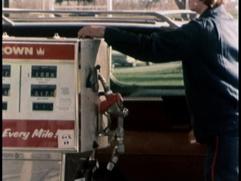 vídeos de stock e filmes b-roll de 1978 montage gas station worker removing nozzle from gas tank, inspector removing outer panel of pump to calibrates the meter / united states - gasolina