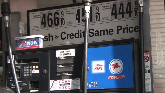 stockvideo's en b-roll-footage met gas stations in new york city / gas prices / people filling their cars with gasoline in new york city / gas prices on march 10 2012 in new york new... - benzineprijzen