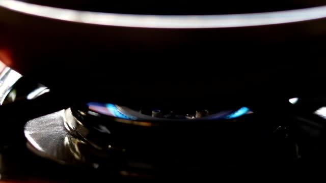 ガスコンロと目玉焼き - 可燃性点の映像素材/bロール