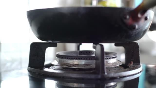 鍋で炎に点火するガスストーブバーナー - ガスコンロ点の映像素材/bロール