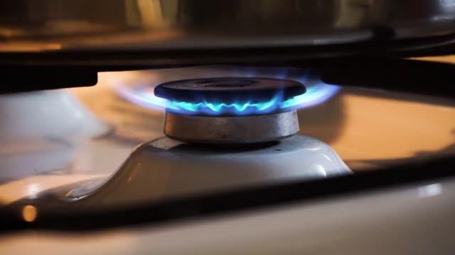 ガスストーブ炎 - ステンレス点の映像素材/bロール
