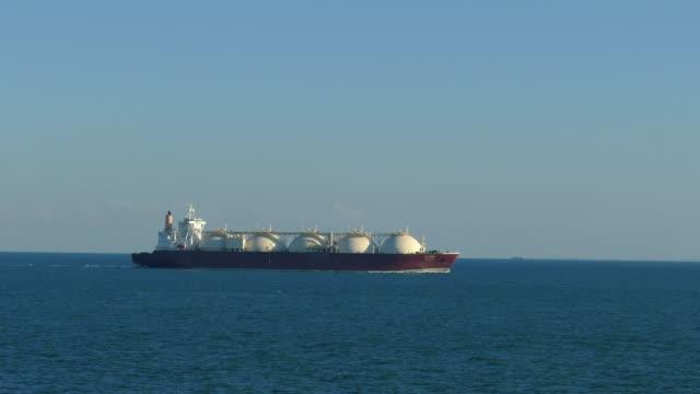 vídeos y material grabado en eventos de stock de tanque cisterna de gas de gnl - buque de carga