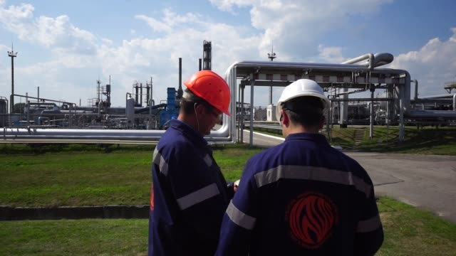vidéos et rushes de gas transport pipes and processing infrastructure stands at a refinery operated by dk ukrgazvydobuvannya , a unit of nak naftogaz ukrainy, in... - essence