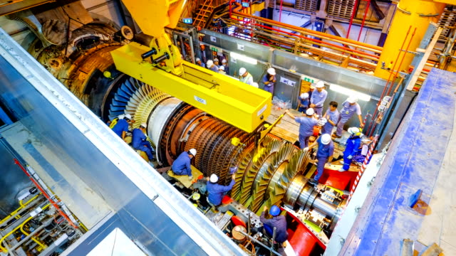 stockvideo's en b-roll-footage met gas turbine rotor installatie in combineren cyclus powerplant - motor oil
