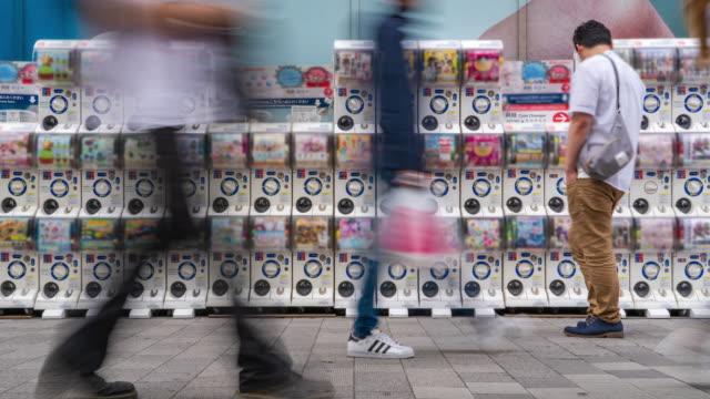 ガシャポンとも呼ばれるガシャポンは、タイムラプスで日本で人気の様々な自動販売機調のカプセル玩具です。 - 漫画点の映像素材/bロール
