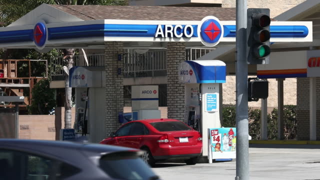 vídeos de stock, filmes e b-roll de gasoline prices and customers pump gasoline at an arco gas station in torrance, california, u.s., on sunday, july 28, 2019. - station