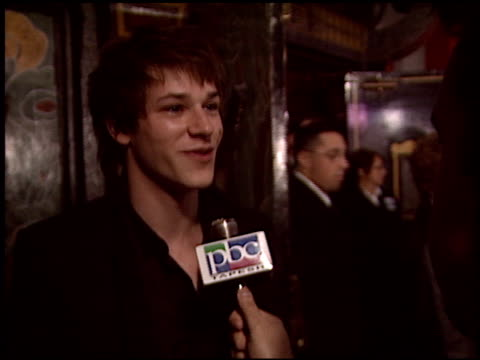 vídeos de stock, filmes e b-roll de gaspard ulliel at the 'a very long engagement' premiere at grauman's chinese theatre in hollywood california on november 10 2004 - um longo domingo de noivado
