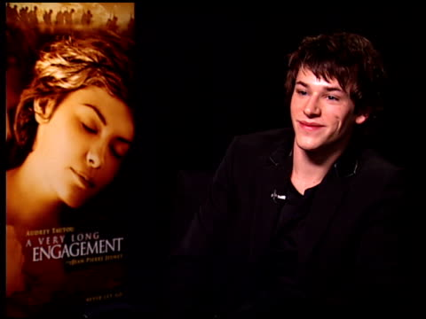 vídeos de stock, filmes e b-roll de gaspard ulliel on the love story aspect of the film at the 'a very long engagement' press day at the four seasons hotel in los angeles california on... - um longo domingo de noivado