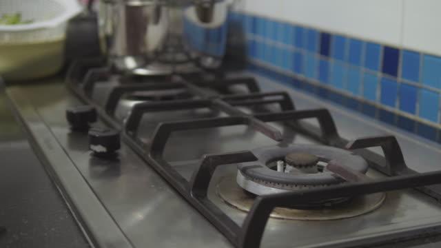 vidéos et rushes de cuisson de la cuisinière à gaz nuit - brasier