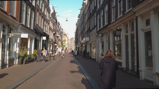 vidéos et rushes de gasthuismolensteeg in the center of amsterdam with historic houses near red light district and canals, amsterdam, north holland, the netherlands, europe - jour