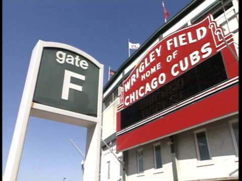 vídeos de stock, filmes e b-roll de gate f sign of frame, large red wrigley field sign on stadium, wrigley field, home of chicago cubs . major league baseball, mlb, sports - chicago 'l'