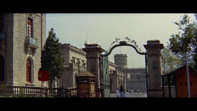 ms gate of chepultepec palace / mexico - anno 1957 video stock e b–roll