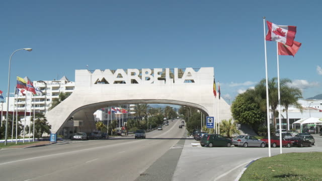 stockvideo's en b-roll-footage met ws gate of city / marbella, andalusia, spain        - richting