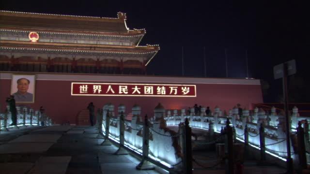 vidéos et rushes de ms pan gate of heavenly peace illuminated at night, tiananmen square, beijing, china - porte de la paix céleste