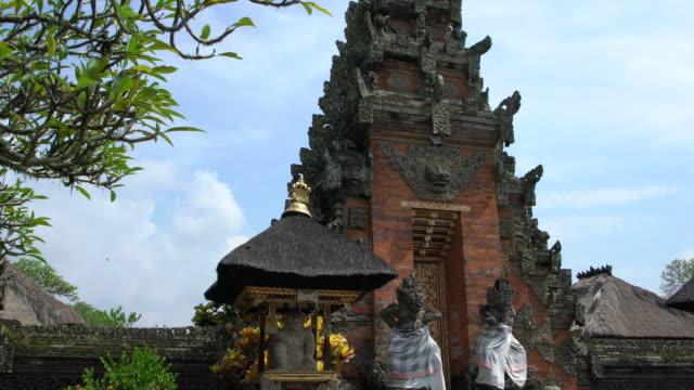 gate of the puri saren agung (water palace or royal palace) in ubud, bali - 寺院点の映像素材/bロール