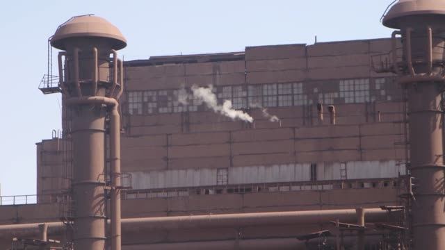 vidéos et rushes de gates to the ilyich iron and steel works, brown, green ponds sits under the building line of the smelter pans over to the blast chambers,... - ukraine