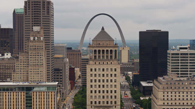 gateway arch behind downtown st. louis building - jefferson national expansion memorial park stock videos & royalty-free footage