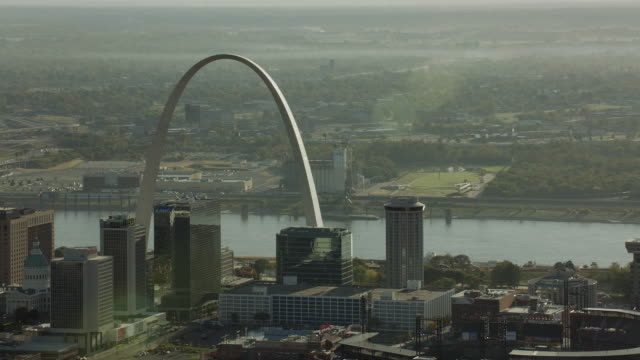 gateway arch from downtown st louis - gateway arch st. louis stock videos & royalty-free footage