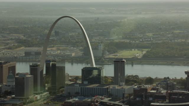 stockvideo's en b-roll-footage met gateway arch from downtown st louis - gateway arch st. louis