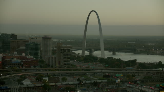 gateway arch in downtown st louis - jefferson national expansion memorial park stock videos & royalty-free footage