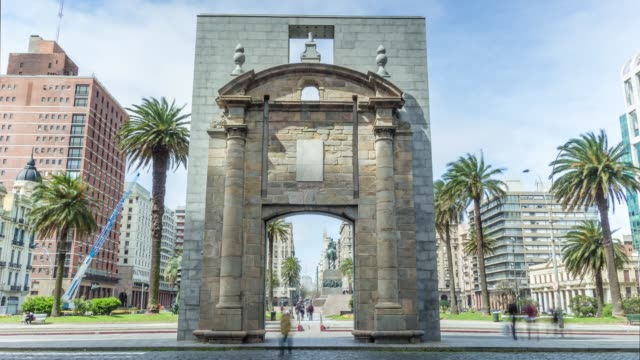 "gateway of the citadel (known as ""puerta de la ciudadela"") in plaza independencia, montevideo downtown, uruguay - モンテビデオ点の映像素材/bロール"