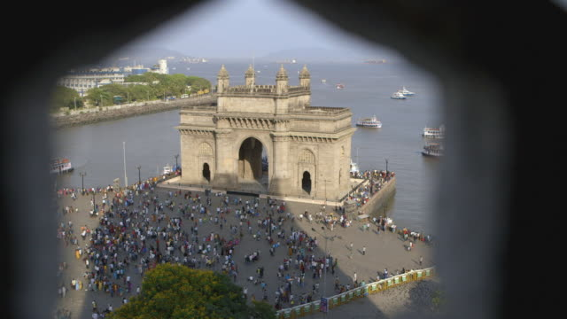 vídeos de stock, filmes e b-roll de tl, ha, ds gateway to india through hexagonal lattice / mumbai, india - arco triunfal