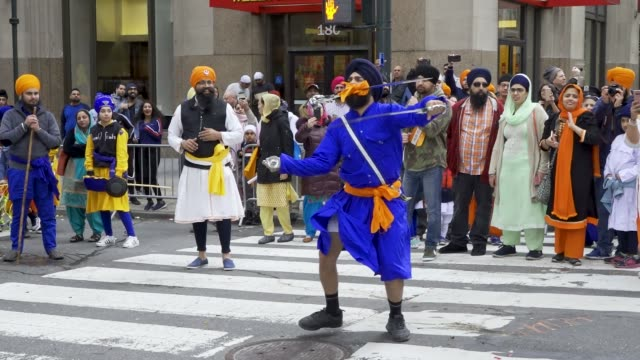 gatka' traditional sikh martial arts. punjabi culture. sikh cultural society hosts the 32nd annual sikh day parade in midtown manhattan honoring the... - 頭飾り点の映像素材/bロール