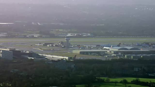 vídeos y material grabado en eventos de stock de military deployed england west sussex gatwick airport air to air police helicopter hovering over airport trying to locate the drone and drone pilot - en búsqueda