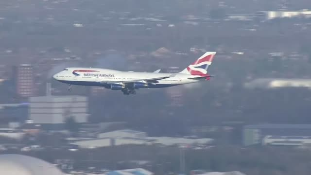 gatwick airport closed by drone activity: military deployed; uk; british airways plane landing at heathrow / air view luton airport. england: london:... - ガトウィック空港点の映像素材/bロール