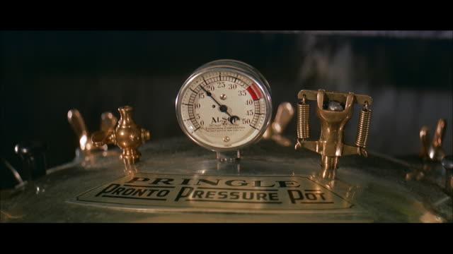 vídeos de stock, filmes e b-roll de cu gauge on top of pringle-pronto pressure pot - calibre