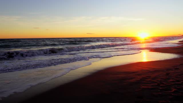 vídeos de stock e filmes b-roll de gavá beach sunset - barcelona - crepúsculo
