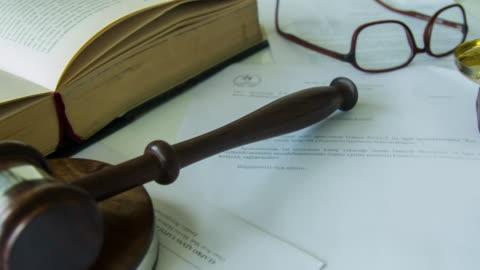 hammer auf juristische formalitäten vertrag sitzen - law stock-videos und b-roll-filmmaterial