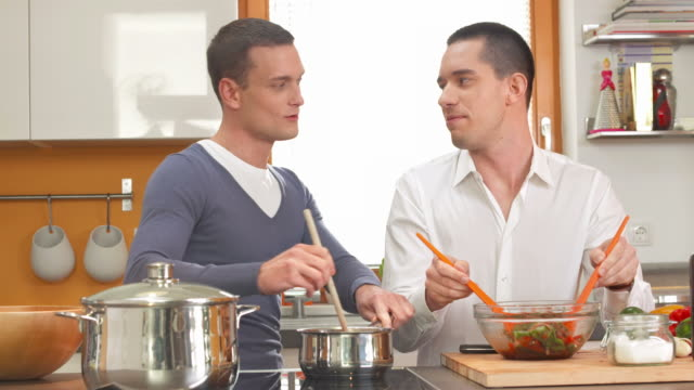 stockvideo's en b-roll-footage met hd dolly: gay couple cooking together - voeren