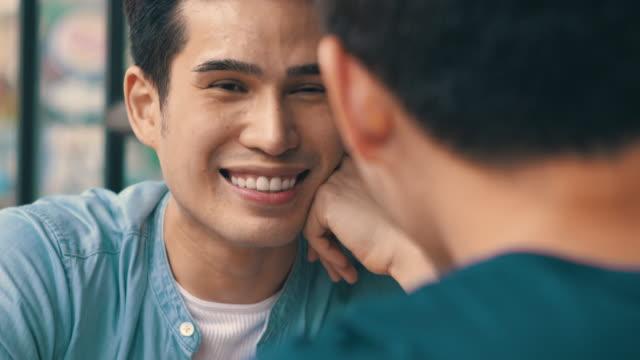 gay paar dating in bangkok - füttern stock-videos und b-roll-filmmaterial