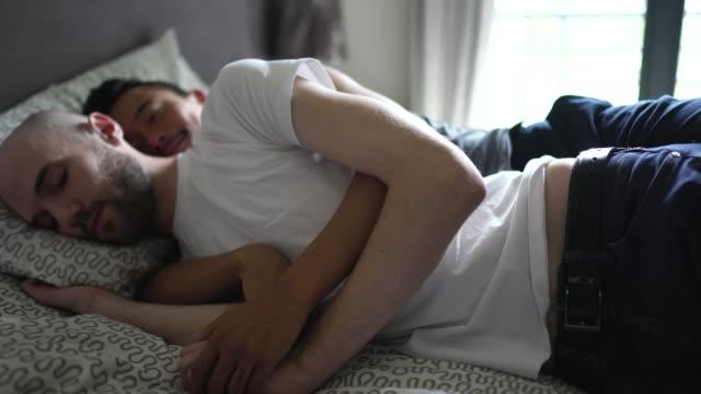 vidéos et rushes de couples homosexuels embrassant et sieste dans la chambre à coucher - gay man
