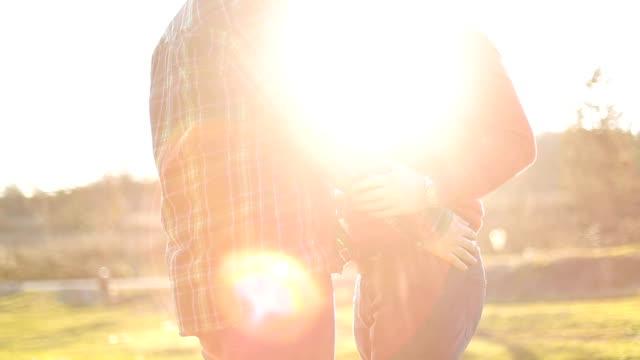 vídeos de stock, filmes e b-roll de gay casal apreciando o pôr do sol e amor - homem homossexual