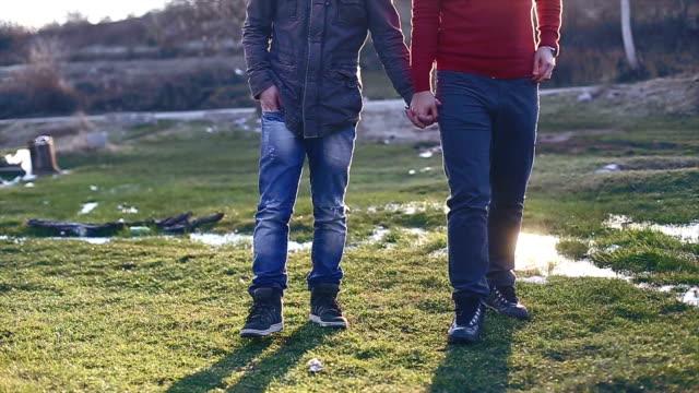 vídeos de stock, filmes e b-roll de alegre casal de mãos dadas - homem homossexual
