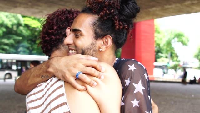 vídeos de stock, filmes e b-roll de casal gay abraçado depois de muito tempo sem se ver - boyfriend