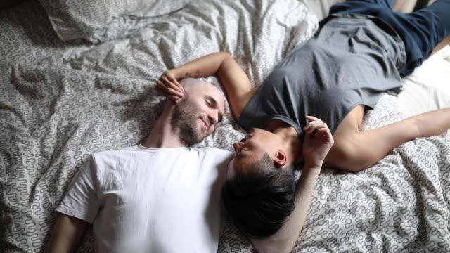 vídeos de stock, filmes e b-roll de pares alegres no amor no quarto - aconchegante