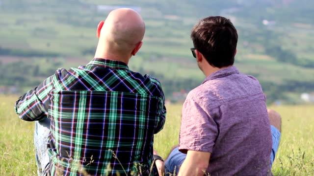 vídeos y material grabado en eventos de stock de pareja gay en el parque - homosexual