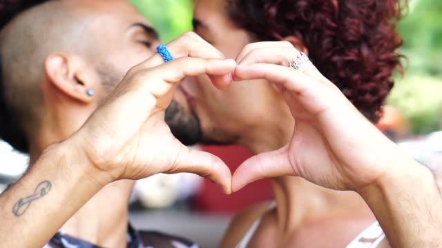 手でハートの形を作るゲイカップル - ゲイ点の映像素材/bロール