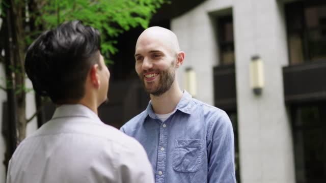 vidéos et rushes de couples gais sur la rue - gay man