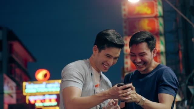 vidéos et rushes de couples gais voyageant à la route de yaowarat - gay man