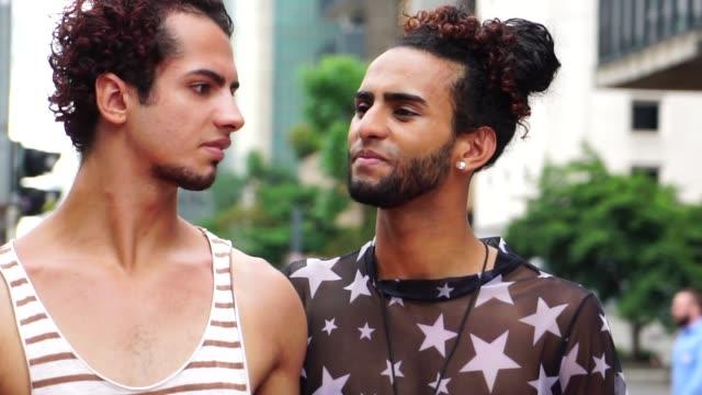 vídeos de stock, filmes e b-roll de casal gay andando e turista na cidade - boyfriend